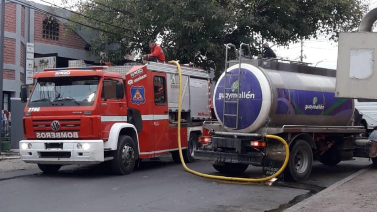 Las dotaciones de bomberos fueron asistidas por una cisterna de agua de la Municipalidad de Guaymallén.