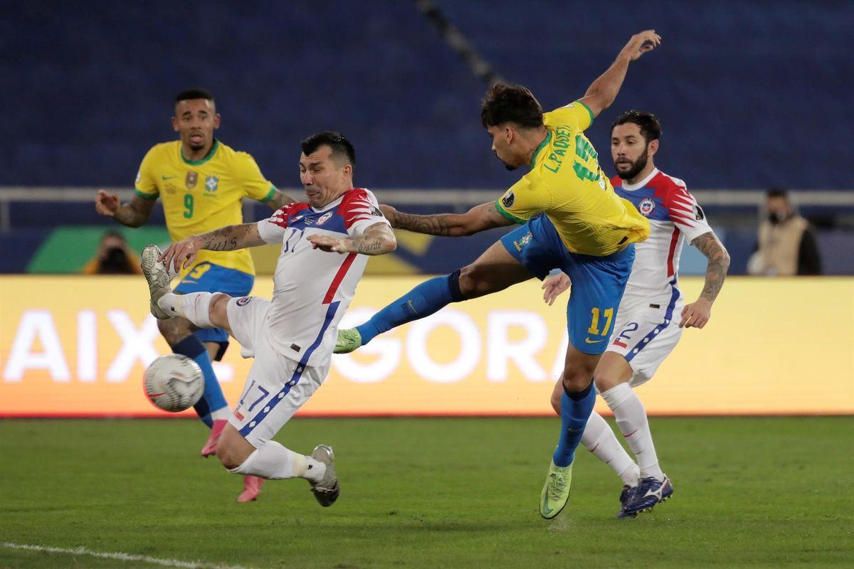 Lucas Paquetá remata para poner el 1 a 0 de Brasil ante Chile.