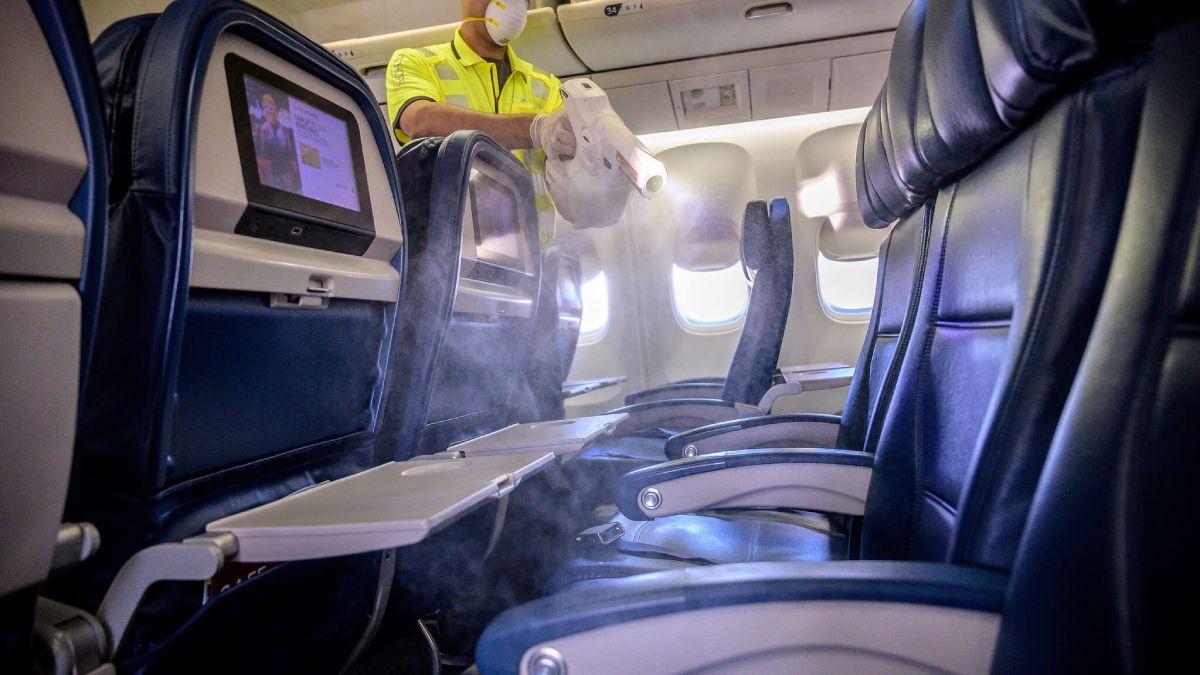La medida de dejar un asiento libre entre los pasajeros de aviones (también en otros transportes) disminuye la posibilidad de contagio del Covid-19 entre un 30 y 50%.