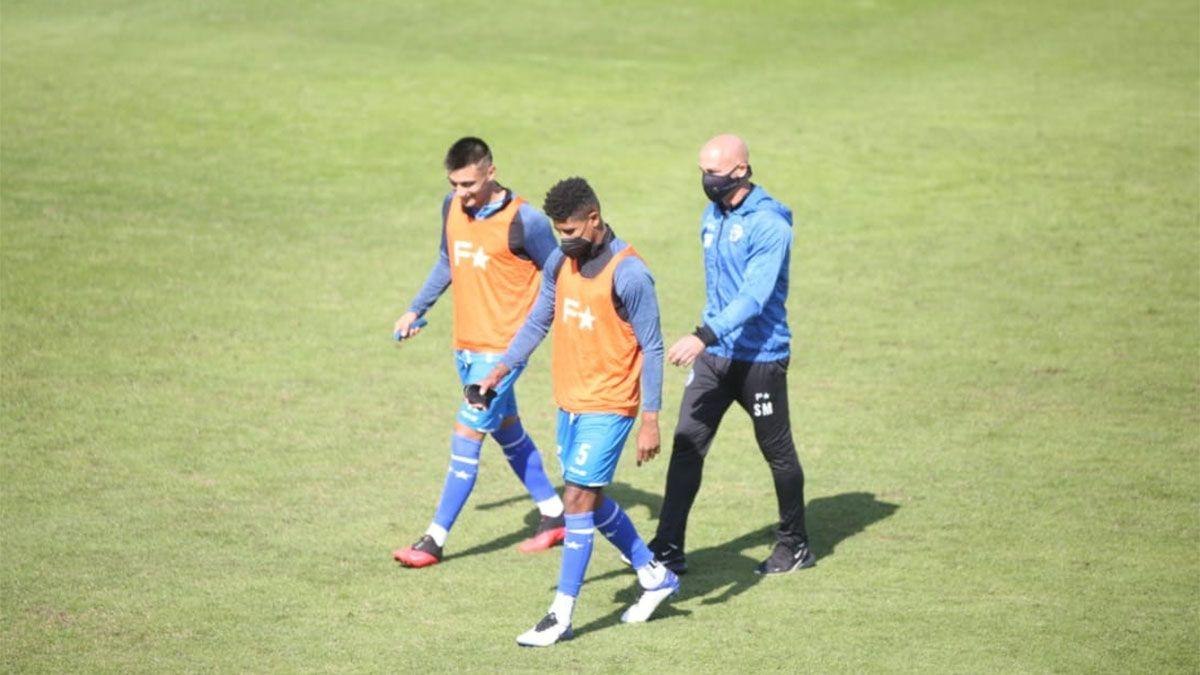 El Gallego Méndez se fue muy caliente por el arbitraje de Pablo Dóvalo. (Foto Fernando Martinez/UNO).