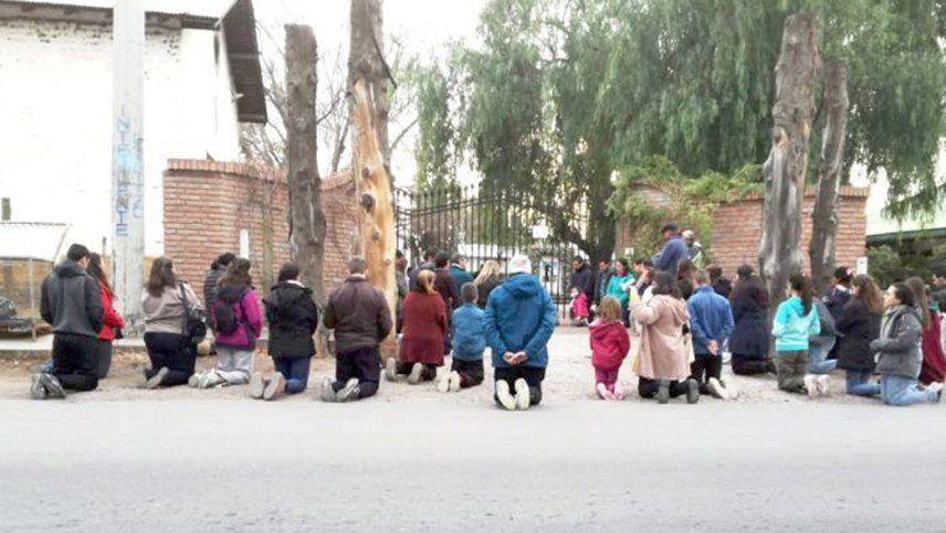 """Fieles se manifestaron """"rezando de rodillas"""" frente al Seminario Diocesano"""