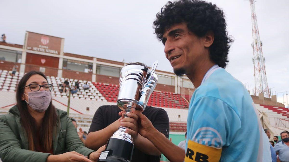 Arce la gran figura del Celeste recibe la Copa Guillermo Pereyra.