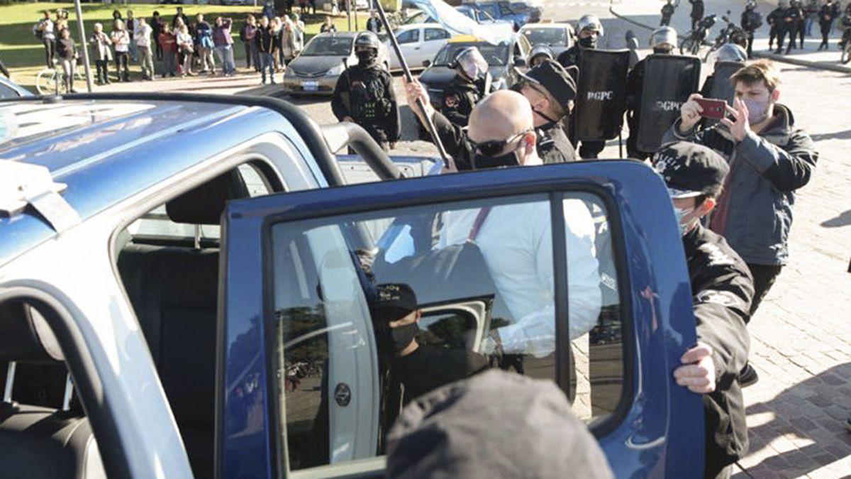 La manifestación en contra de las restricciones en Rosario se enfrentó a la policía y hubo balas de goma