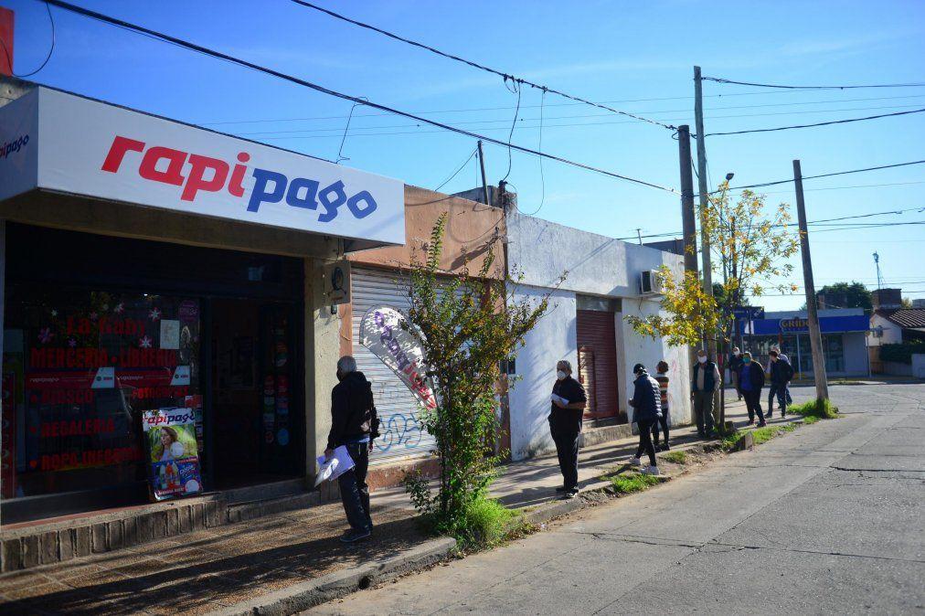 Algunos bancos mandarán a los beneficiarios a cobrar a través de Rapipago o Pago Fácil.