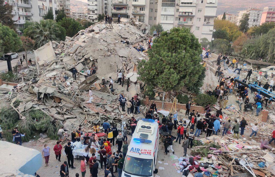 El lunes otras dos niñas de 3 y 14 años fueron rescatadas entre los escombros de dos edificios derrumbados en Esmirna