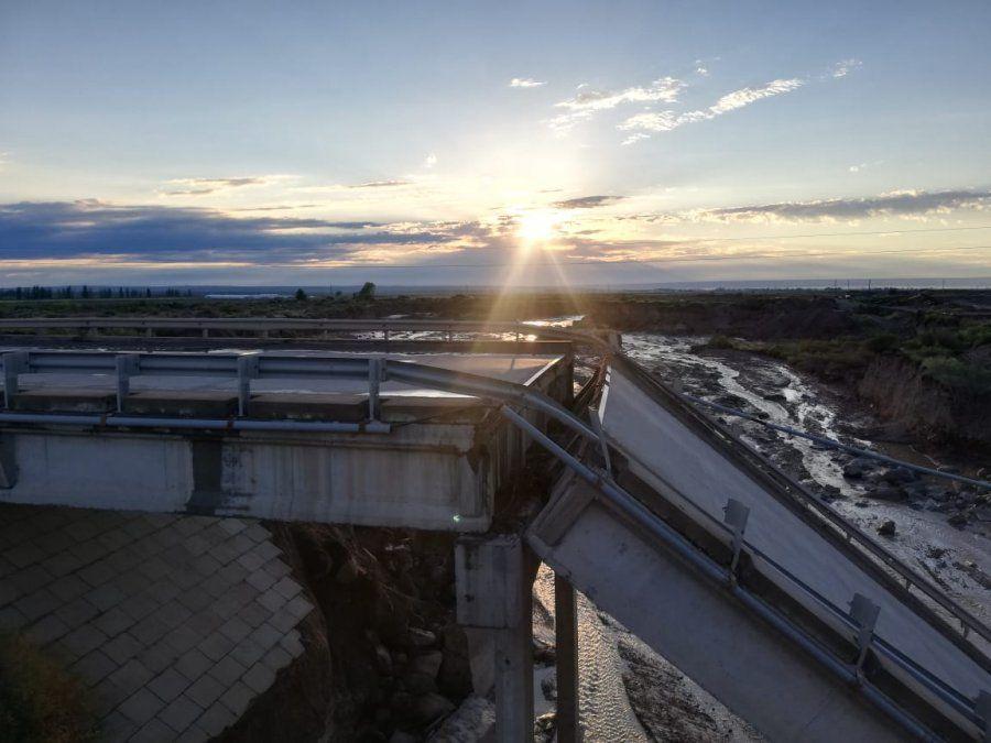 Se puede ver cómo se partió el puente.