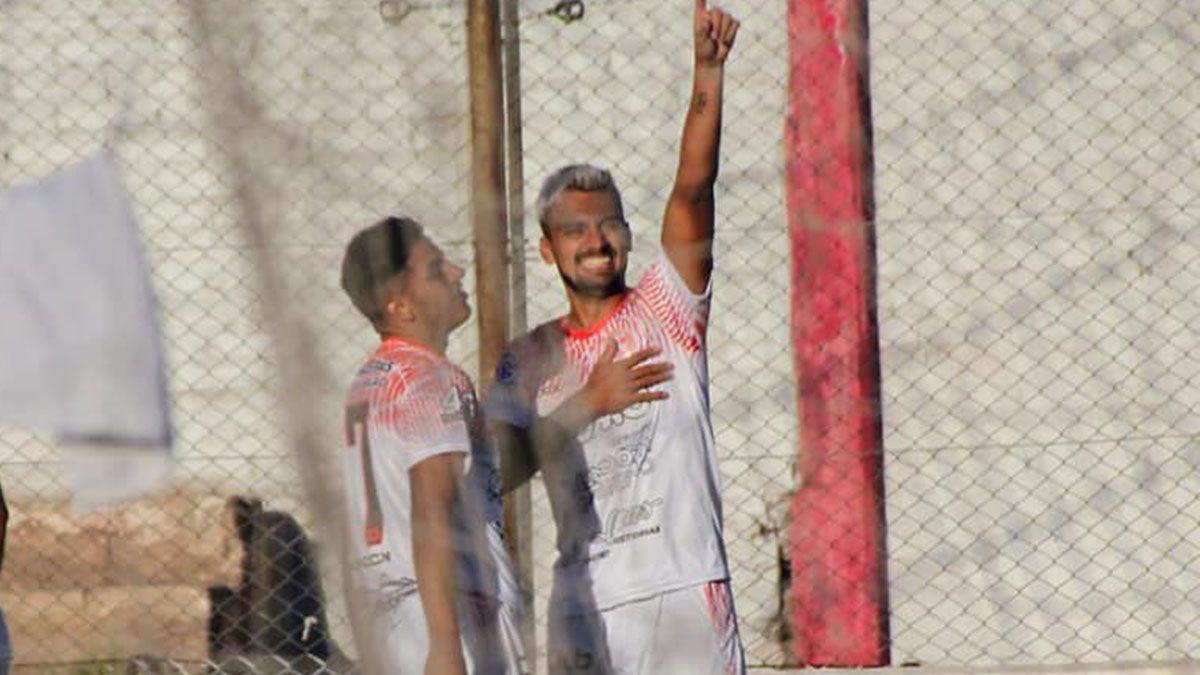 El delantero Lucas Agüero gritaba el gol con el corazón ante Villa Mitre.