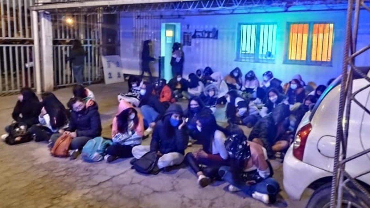 Covidiotas. Más de 80 estudiantes estaban en una fiesta clandestina.