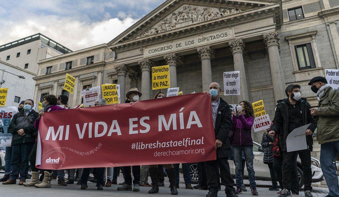 España se transformó en el séptimo país del mundo en despenalizar la eutanasia