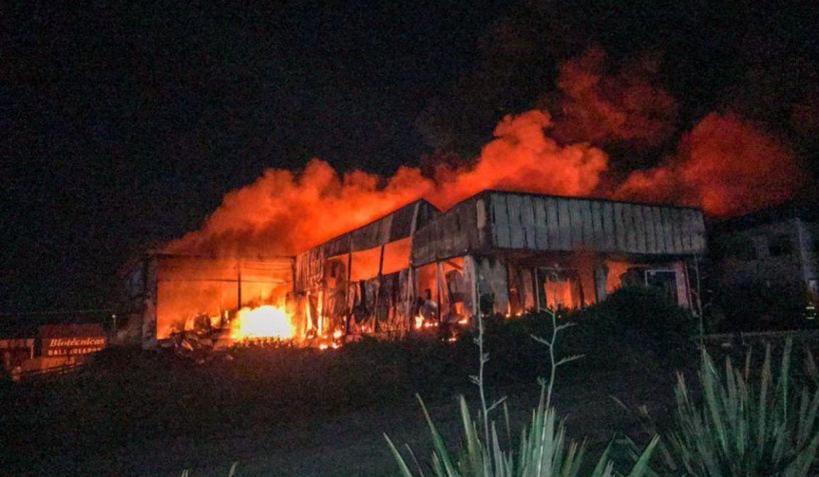Feroz incendio destruyó por completo la planta de Cagnoli