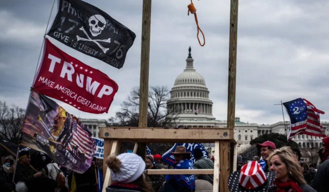 Mientras en las afueras del Congreso se reunieron grupos contrarios a Donald Trump