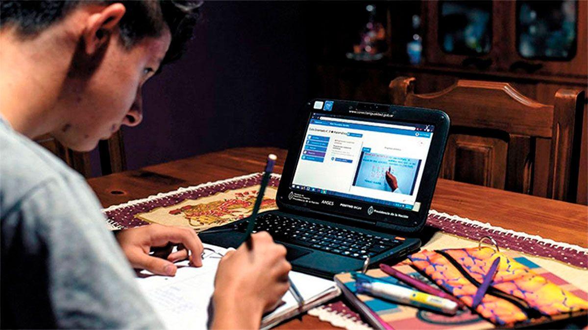 Un tercio de los niños y adolescentes usa las notebook familiar para las clases virtuales.
