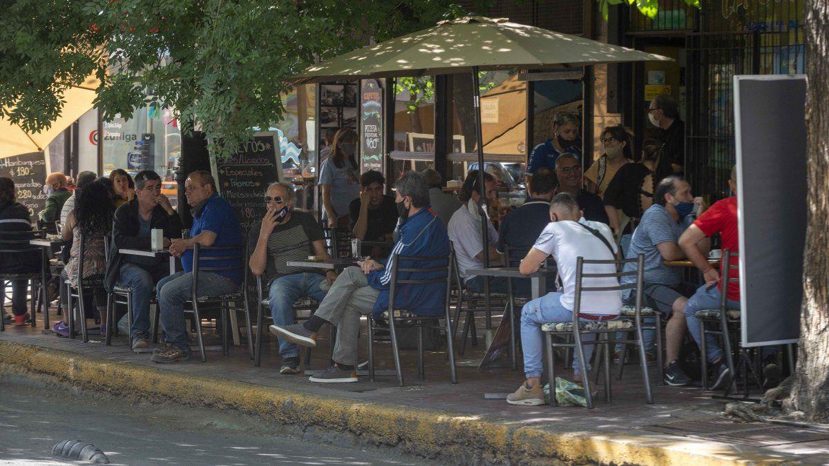 Coronavirus en Mendoza: los casos vienen bajando pero desde el Gobierno insisten con los cuidados de higiene y las normas de distanciamiento.