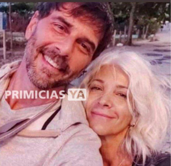 Juan Darthés con su esposa María en una calle de Brasil.