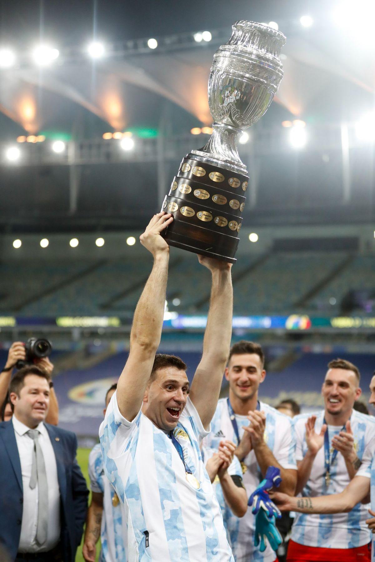 El Dibu Martínez con la Copa América 2021.