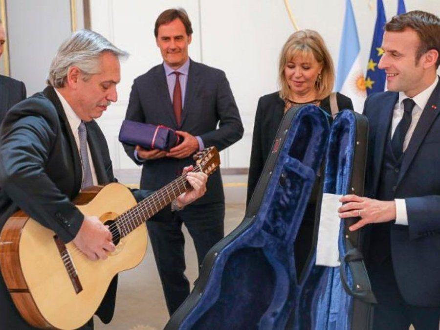 El presidente Alberto Fernández declaró ante la Oficina Anticorrupción haber recibido 277 obsequios en su primer año en la Casa Rosada. La guitarra que le obsequió el mandatario francés