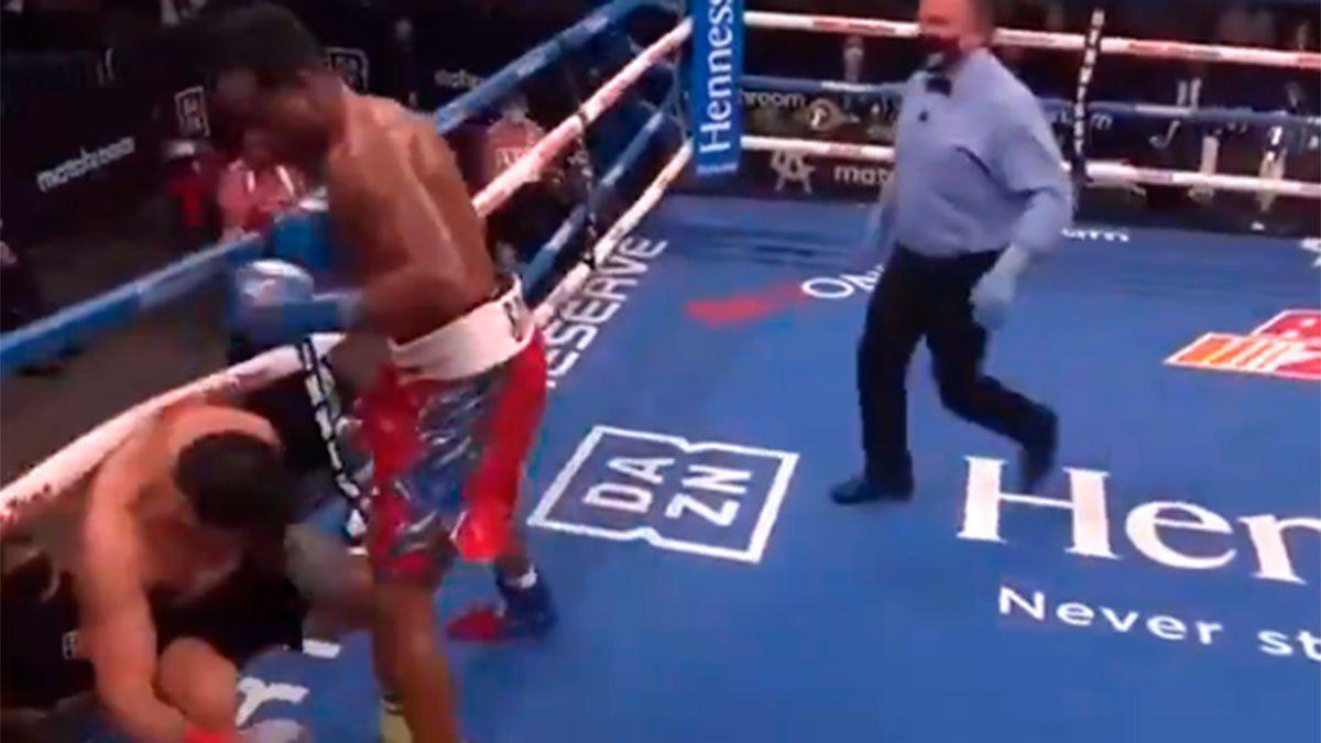 Frank Sánchez sacó del ring a Julián Fernández.