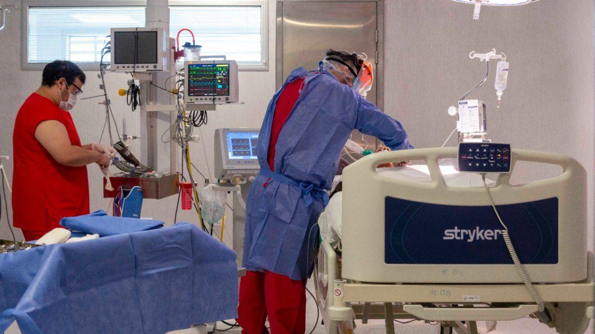 El ministerio de Salud suspendió las cirugías programadas debido a la necesidad de contar con camas de terapia intensiva