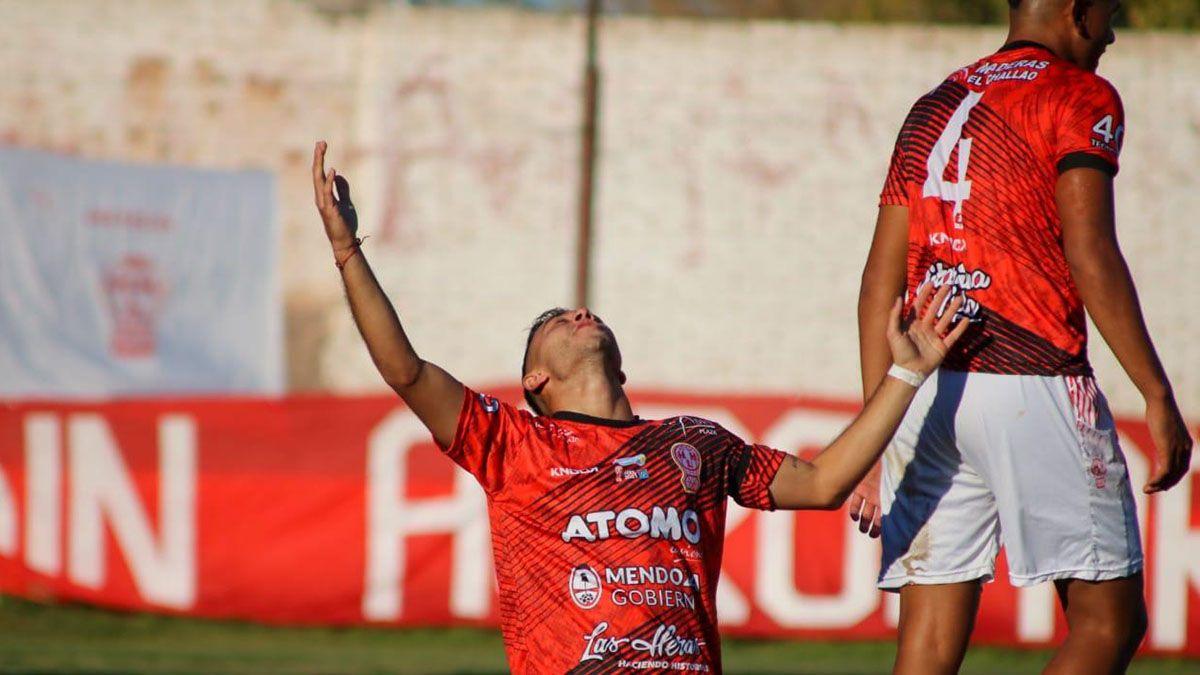 Mauro Ruggeri miró al cielo cuando gritó su gol.