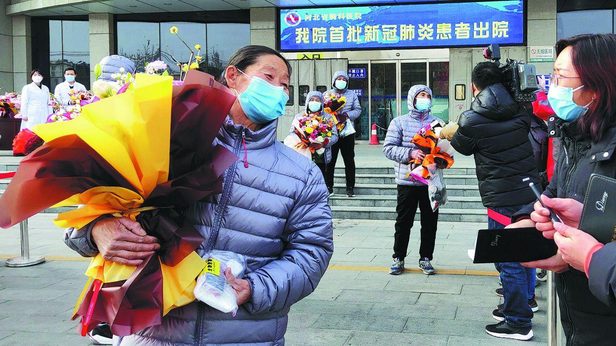 Algunos pacientes que se recuperaron del COVID-19 abandonan un hospital en Shijiazhuang