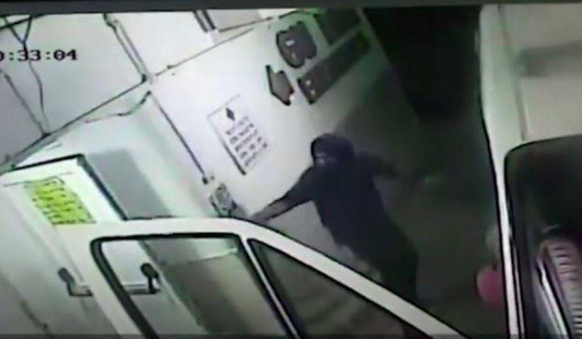 El médico fue atacado por un sujeto cuando llegaba al hospital en una ambulancia. El agresor sería familiar d euna persona que murió por coronavirus