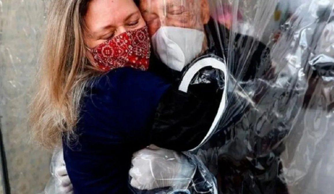 La impactante postal de una cortina de abrazos fue elegida como imagen de la Navidad para rendir homenaje a todos los afectados por el coronavirus en el mundo