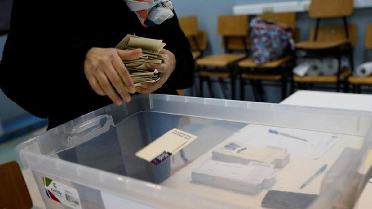 Conteo de votos del plebiscito en Chile. Aplastante victoria del Apruebo. Foto gentileza ABC Internacional