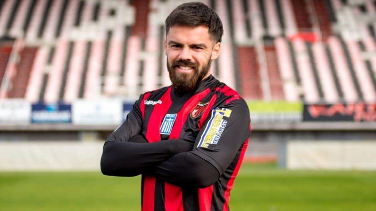 Mauro Cerutti posa con la camiseta de Panachaiki.