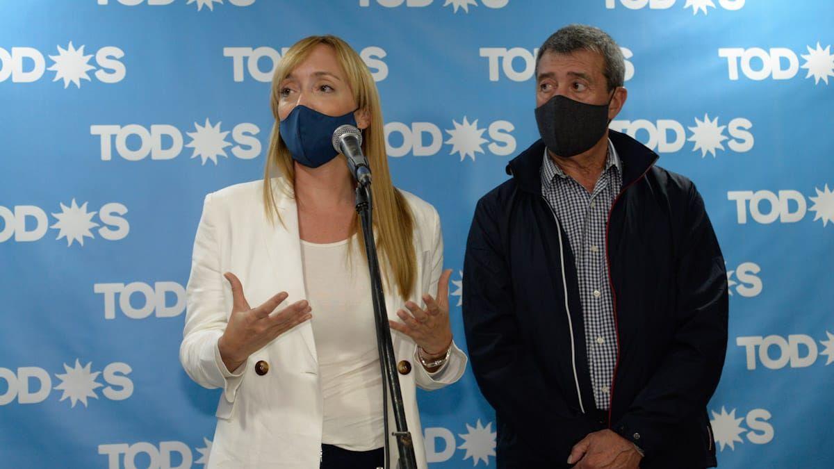 Caras serias. Anabel Fernández Sagasti y Adolfo Bermejo salieron a dar explicaciones tras la derrota del peronismo.