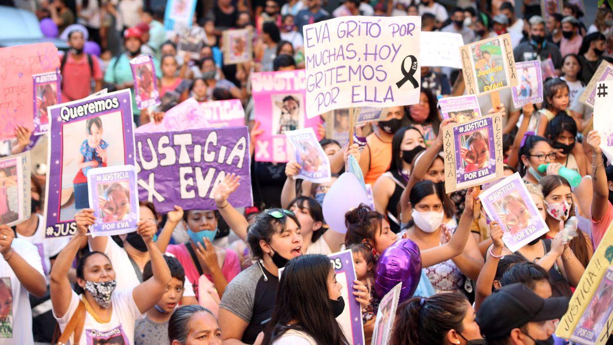 Se calcula que más de 300 personas mostraron su indignación y pidieron medidas ejemplares para con el reesponsable de la muerte trágica de Evangelina.