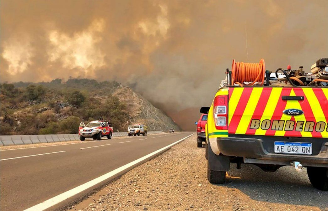 El Gobierno nacional estableció una asignación mensual estímulo de 10 mil pesos a los trabajadores que presten servicios en el combate de incendios. En la imagen, quienes luchan aún contra los incendios en Córdoba. Foto: NA.