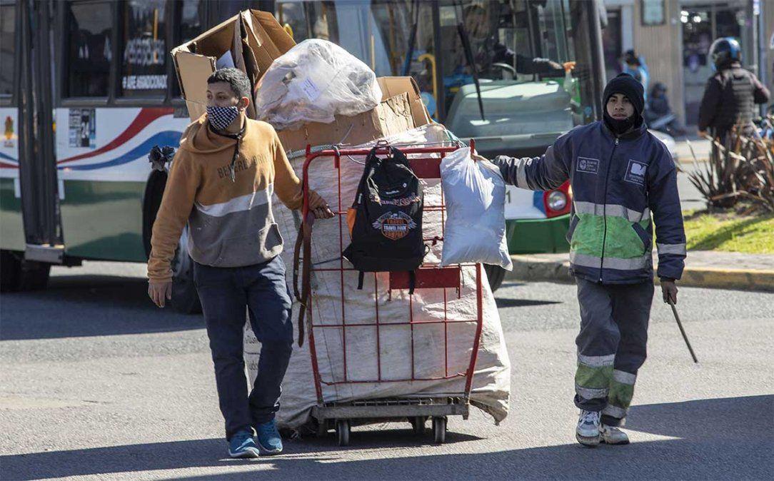 Se puso en marcha el programa Argentina Recicla con el fin de promover la inclusión social y laboral de los ahora llamados recuperadores urbanos para quienes se ocupan de los residuos reciclables.