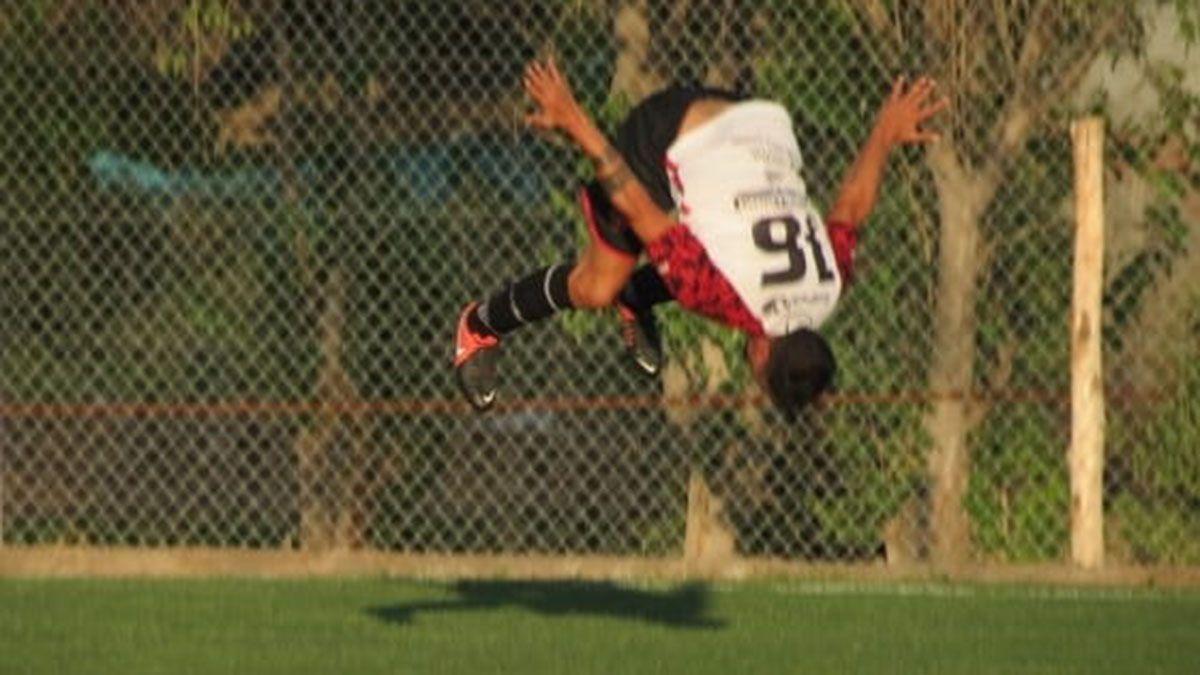 Tremendo festejo de Alfio Lorenzo cuando marcó el tercer gol.