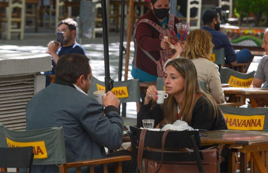 Primer viernes de circulación sin restricciones de DNI en Mendoza. Cafecito. Foto: Martín Pravata / Diario UNO.