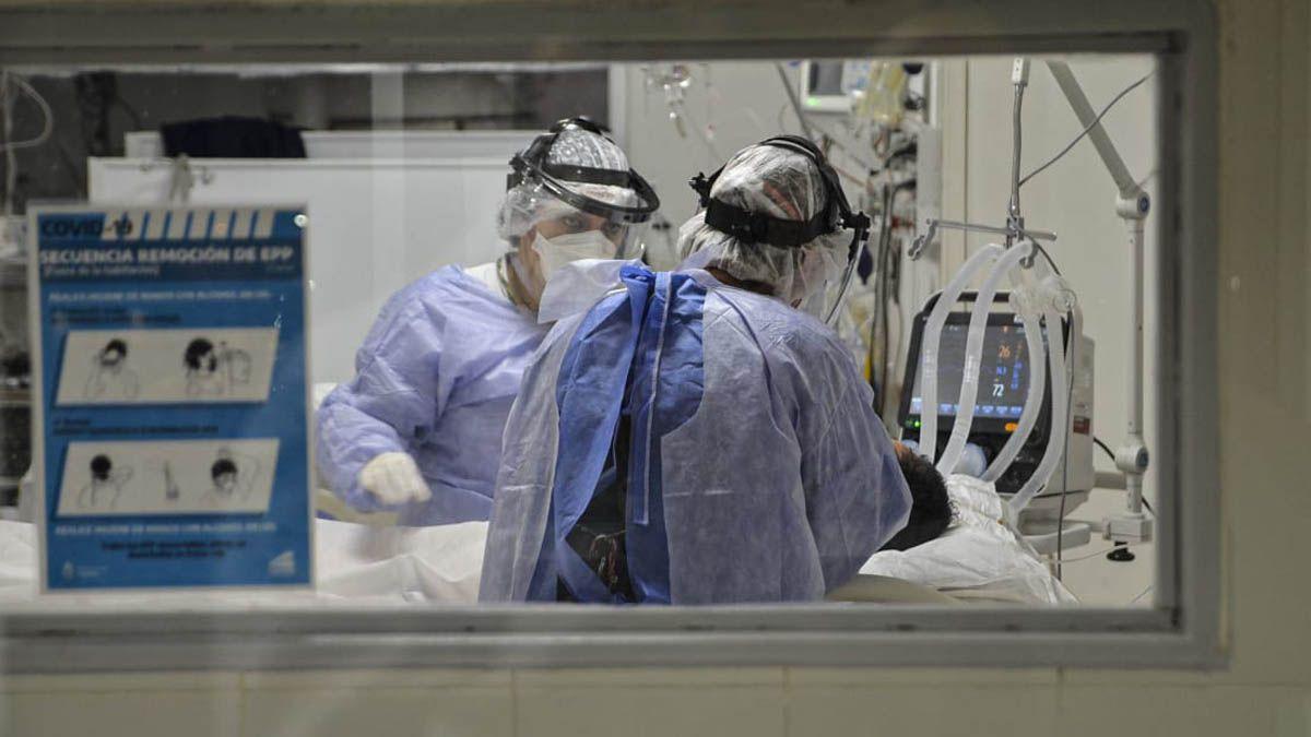 La ocupación de camas de terapia intensiva se mantuvo casi igual (en un nivel alto) en los últimos siete días. Los casos de Covid bajaron.