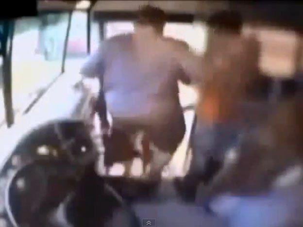 Indignación en EE.UU. por un video que muestra cómo una chofer escolar patea a una nena autista