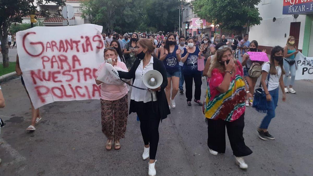 Marcha. Muchas personas se manifestaron en San Martín para pedir la libertad de un policía detenido. Foto gentileza Gabriela Sosa.
