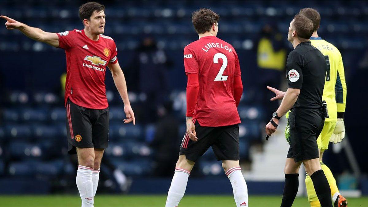 Manchester United empató y no pudo acercarse al líder