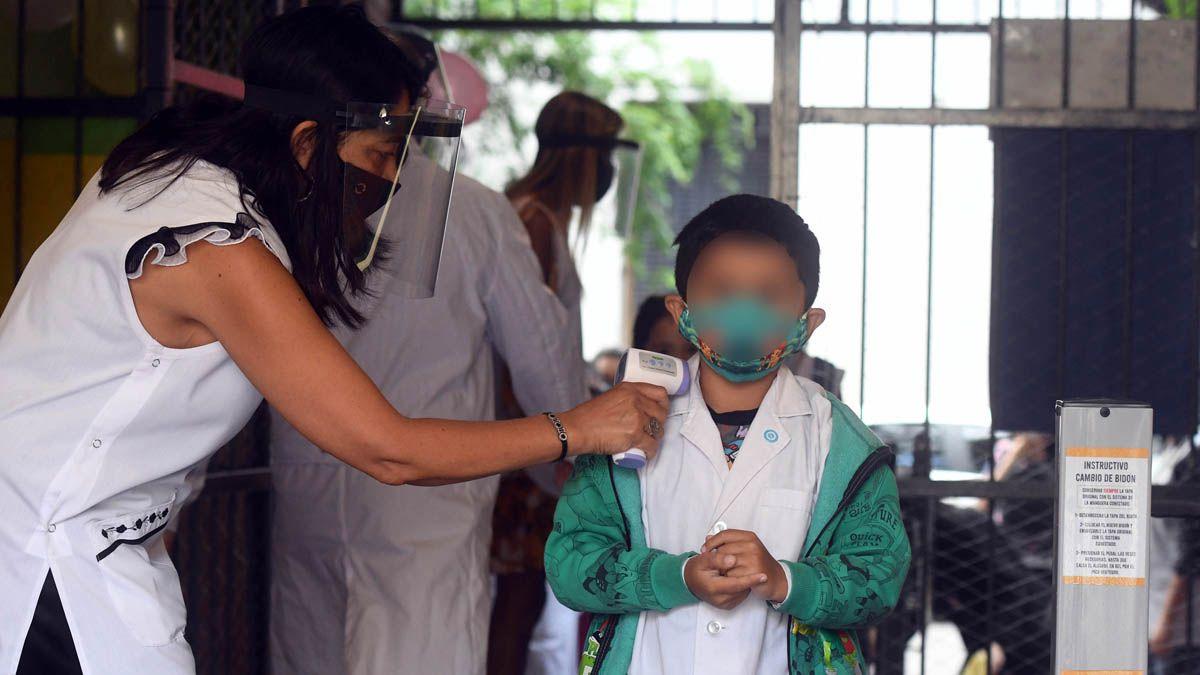 El gobernador Suarez pidió la colaboración de toda la comunidad educativa para que los colegios no deban cerrar sus puertas ante el crecimiento de los contagios por Covid-19 por no respetar los protocolos.