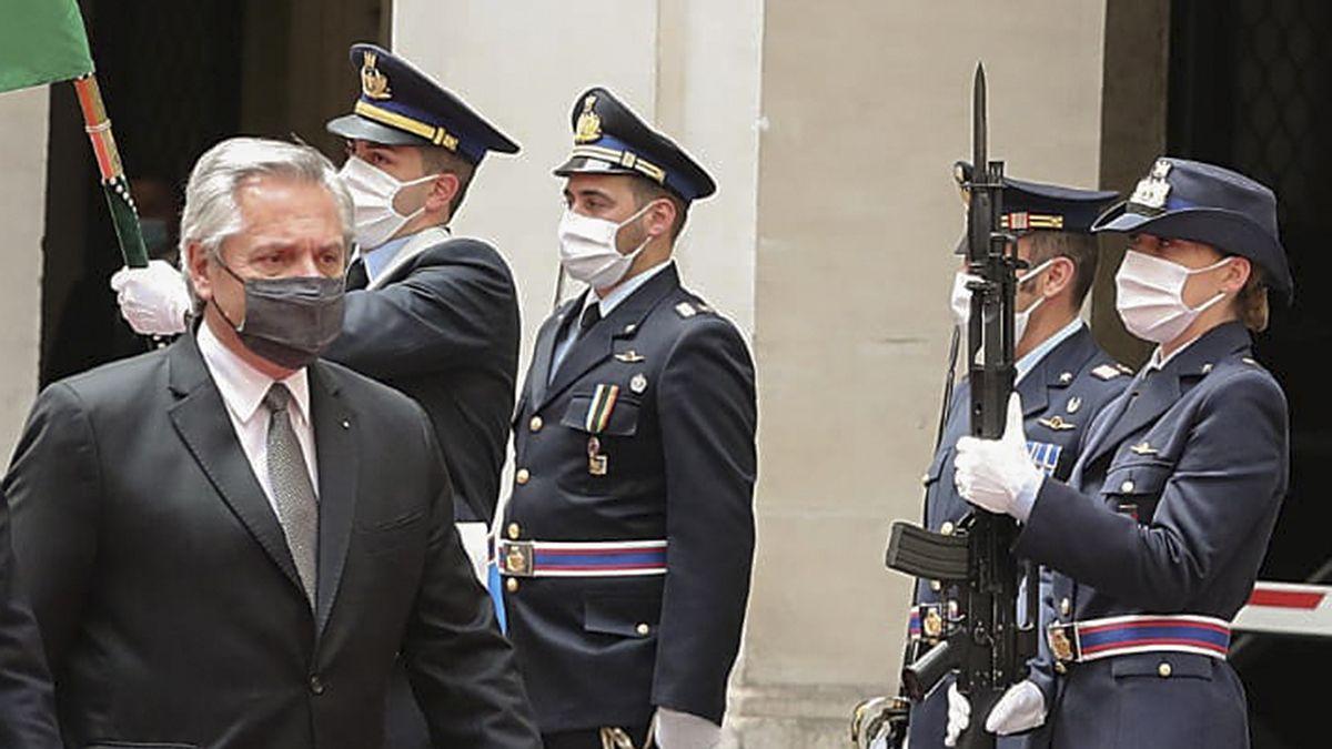 El presidente Fernández durante la visita por Europa.
