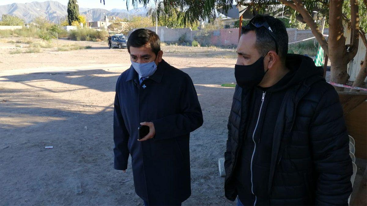 El fiscal Carlos Torres -izquierda- investiga la tortura en Almafuerte.