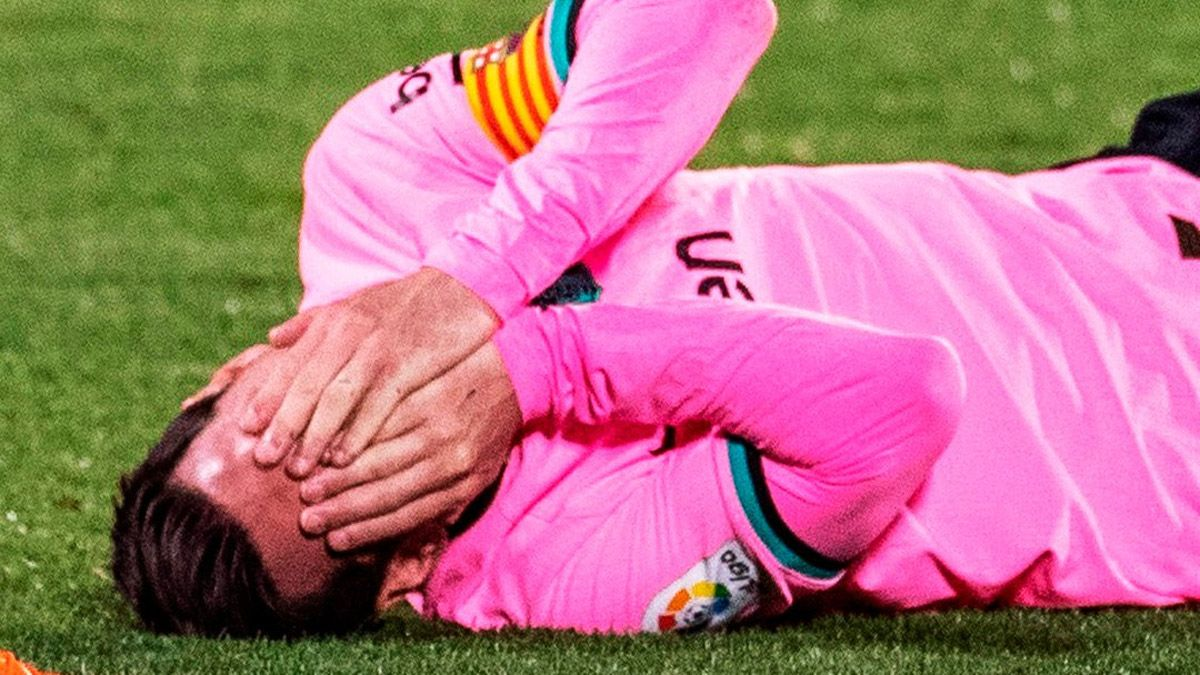 Lionel Messi recibió un terrible codazo y cayó desplomado