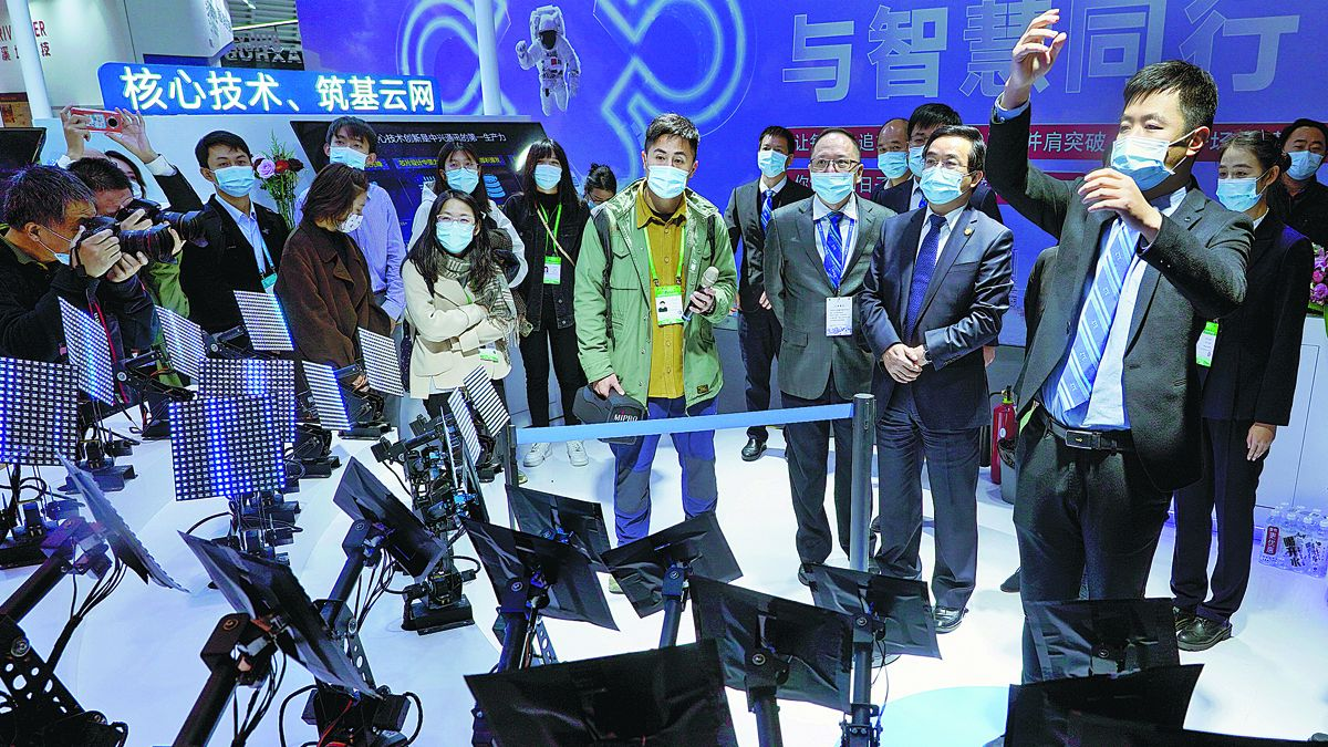 Un empleado de ZTE dirige una orquesta alimentada por inteligencia artificial y habilitada para 5G en la Conferencia Mundial de Internet en Wuzhen