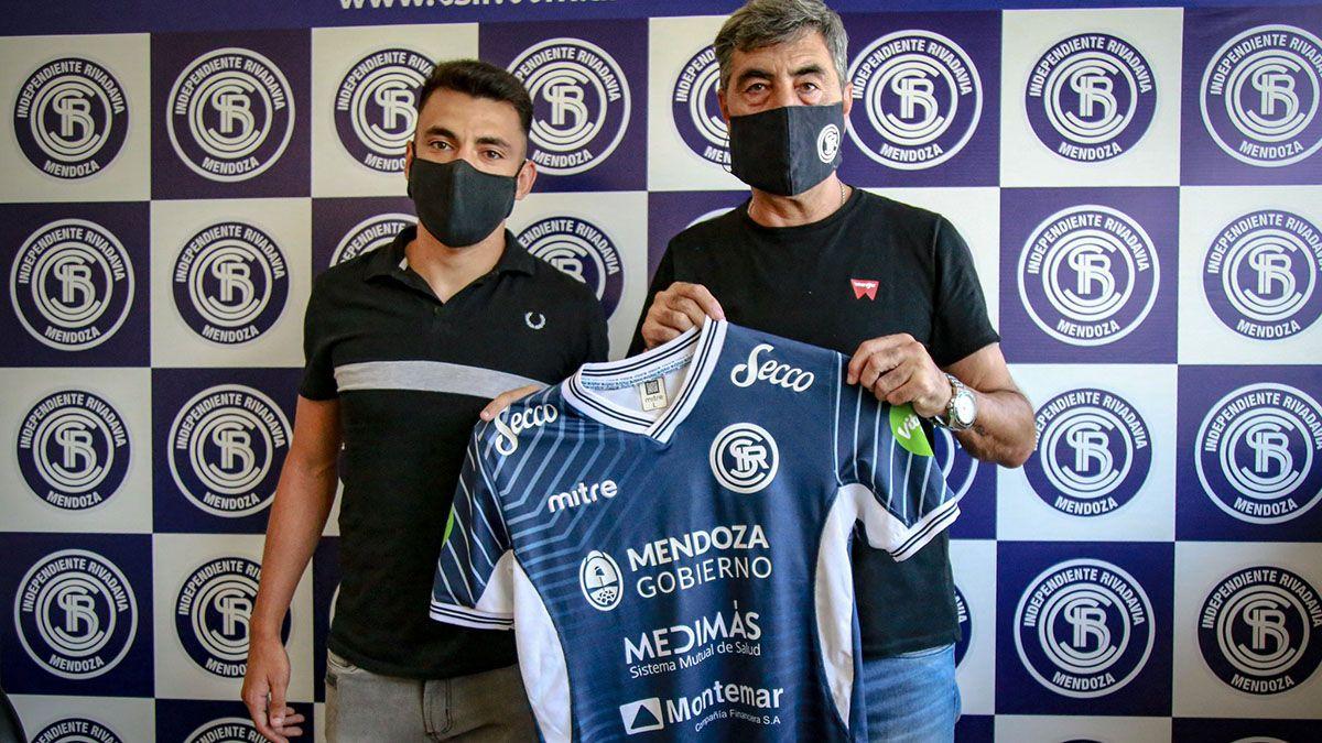 El delantero Rodrigo Soria junto al presidente Carlos Castro cuando firmó su contrato.
