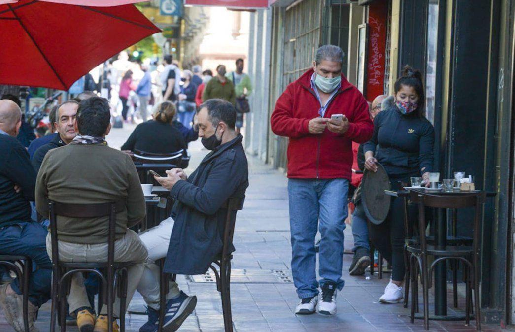 Primer viernes de circulación sin restricciones de DNI en Mendoza. El centro mendocino abarrotado de gente. Foto: Martín Pravata / Diario UNO.