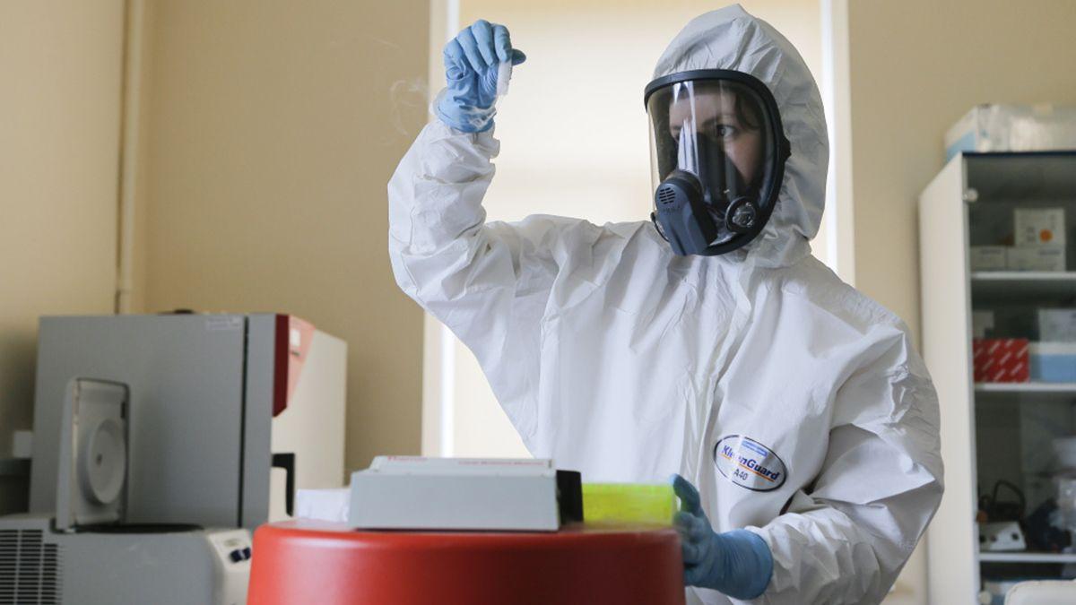 Un científico trabaja en la fabricación del la vacuna Sputnik V en el Centro Nacional de Epidemiología y Microbiología de Gamaleya.