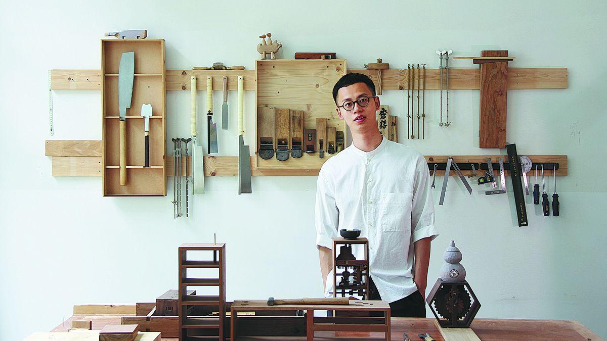 Yu Chenrui con sus muchas herramientas para trabajar la madera en su estudio en Chengdu