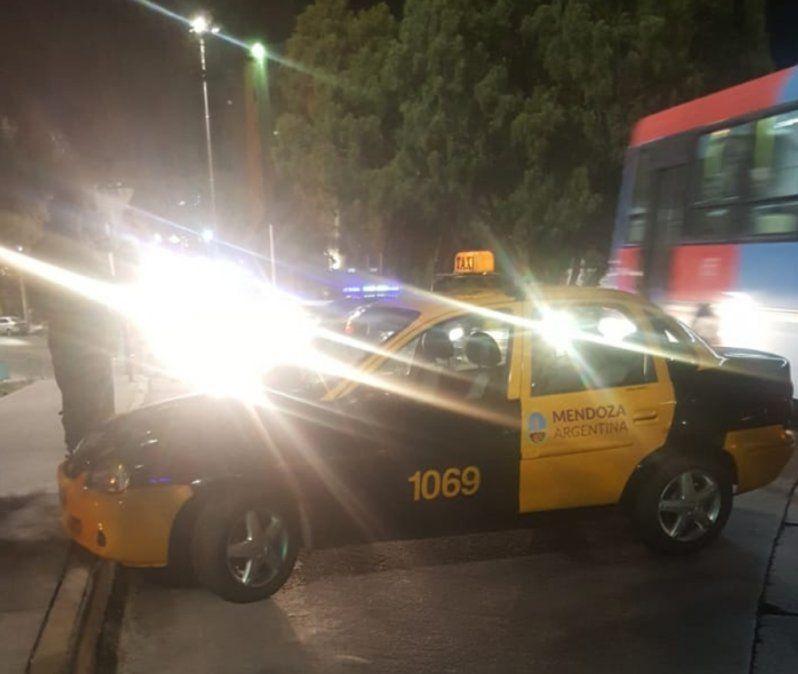 Se paró a tomar un café, le robaron el taxi y se accidentaron a las cuadras