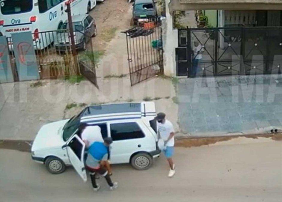 Tres delincuentes abordaron a un padre y su pequeña hija de 3 años y robaron el auto