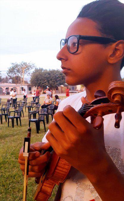 Dylan, el niño violinista emocionó con la Marcha de la Bronca